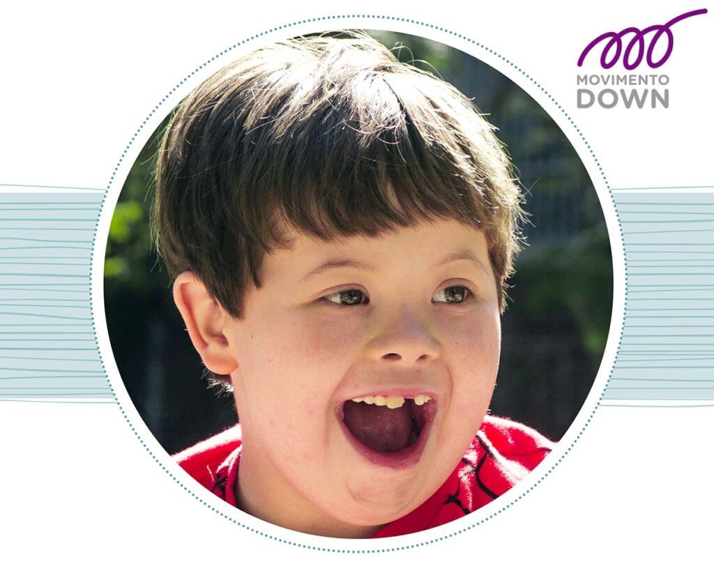 Criança com T21, Movimento Down, sorrindo, para 4 dicas para a saúde bucal na trissomia 21.