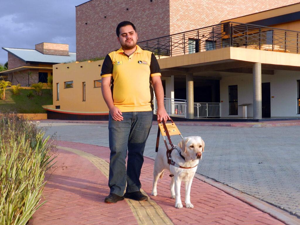 Murilo e o cão-guia Baduska, descritos da legenda, para o Dia Internacional do Cão-Guia 2021.
