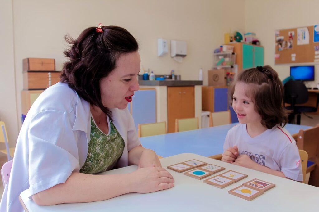 Professora e aluna com síndrome de down
