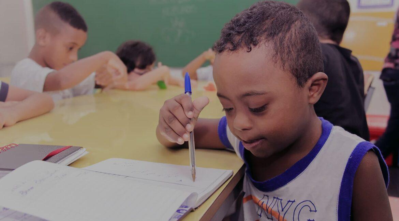 Criança negra com síndrome de down, descrita na legenda da matéria Instituto Jô Clemente completa 60 anos.