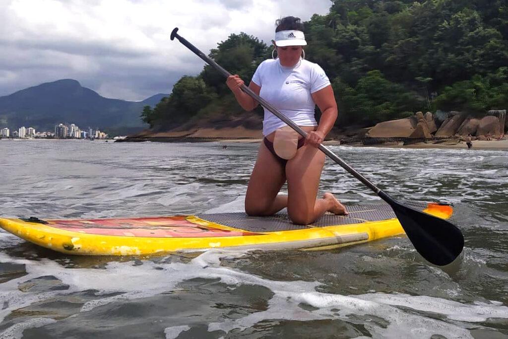 Lilian Castro praticando stand up paddle, descrita na legenda, para a campanha Minha estomia não me define.