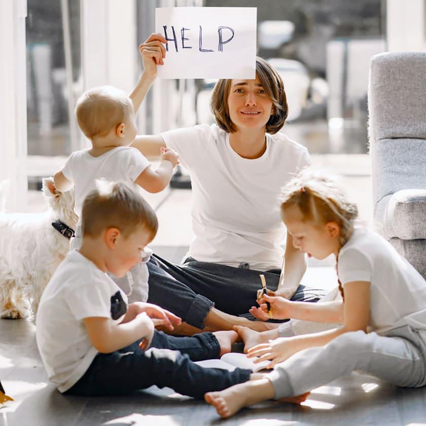 Família reunida, mãe e três crianças, com descrição na legenda, especial Famílias de autistas na pandemia em 2021.