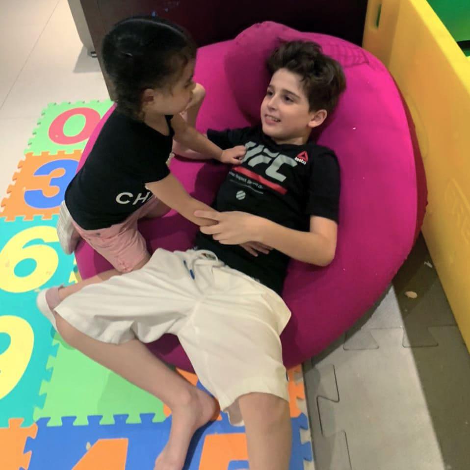 Miguel - autista de 10 anos - e a irmã de 3 anos brincando em casa durante a pandemia