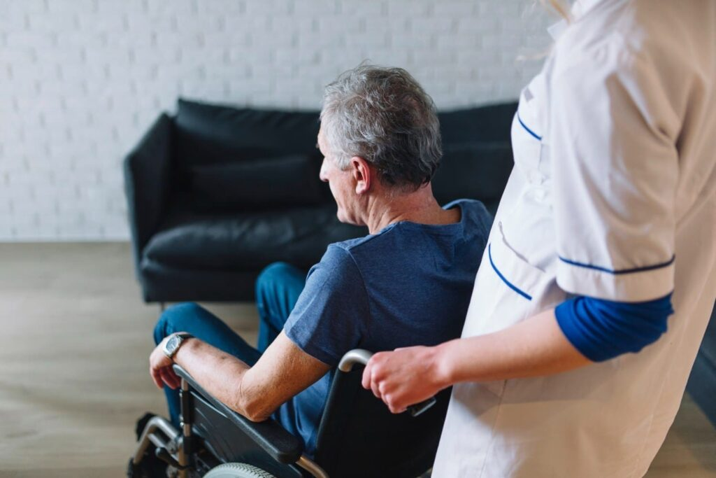 Homem cadeirante e cuidador