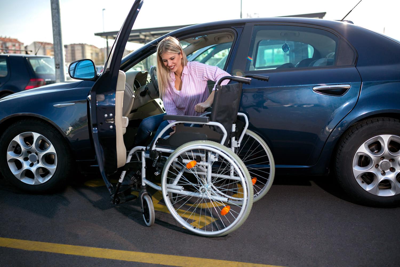 Mulher branca dentro de carro se transferindo para cadeira de rodas, ilustrando nota Mudanças na isenção do IPI de veículos para PcDs em debate nesta segunda (19).