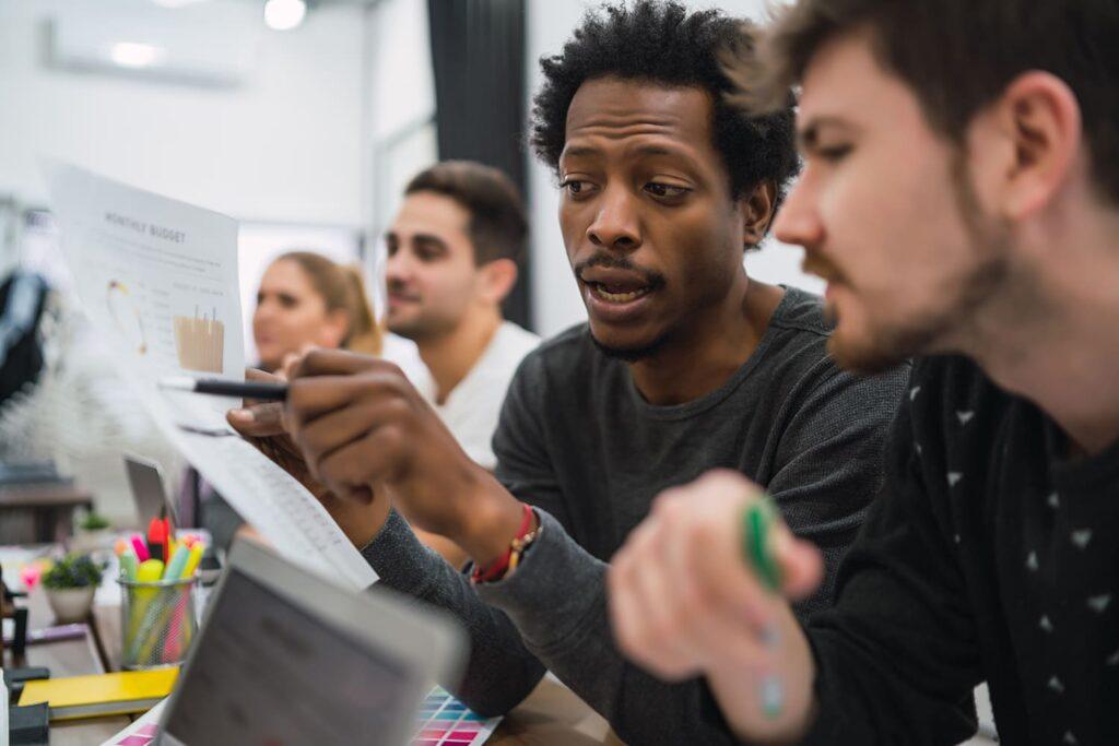 """Grupo de pessoa descritas na legenda do texto """"100 empresas globais serão mais inclusivas""""."""