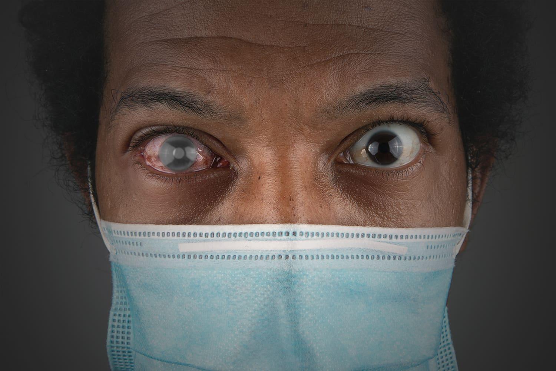 Fotografia de mulher negra usando máscara hospitalar, com descrição, ilustrando o Dia Nacional de Combate ao Glaucoma 2021.