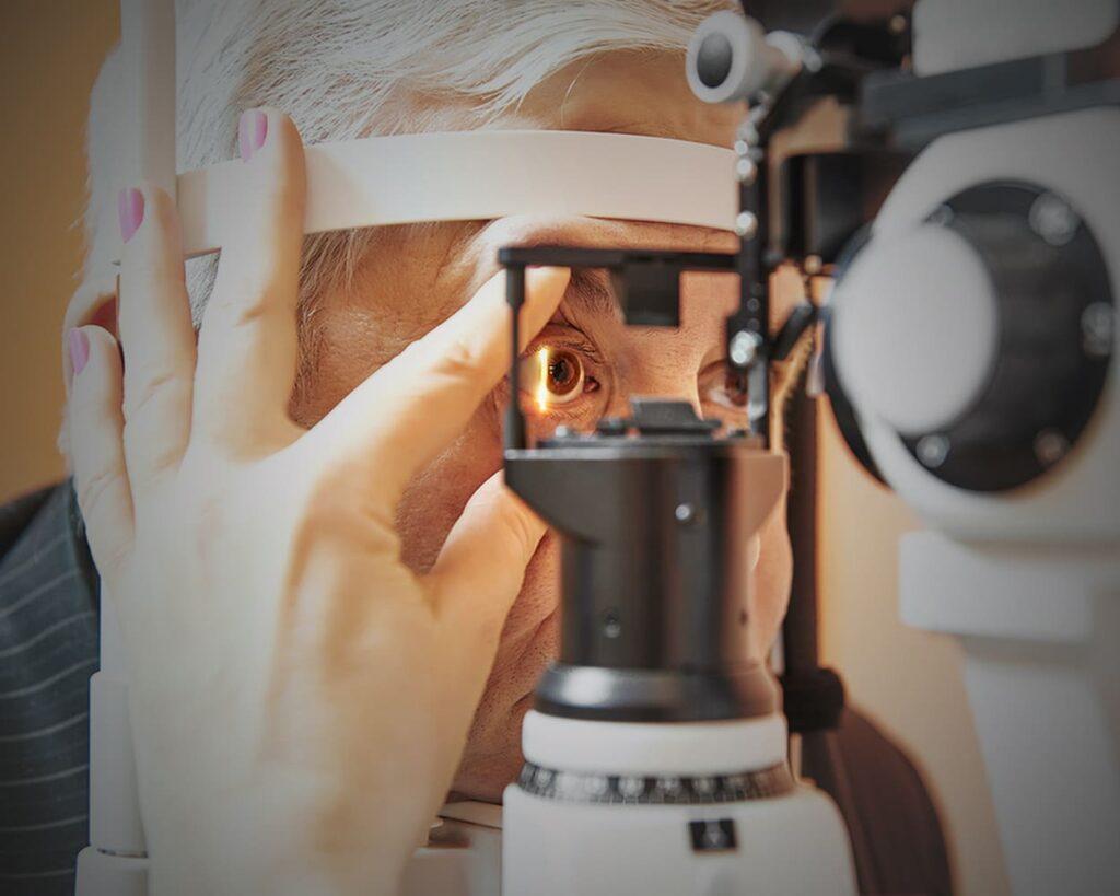 Pessoa sendo examinada no oftalmologista. Descrição na legenda, pelo Dia Nacional de Combate ao Glaucoma 2021.