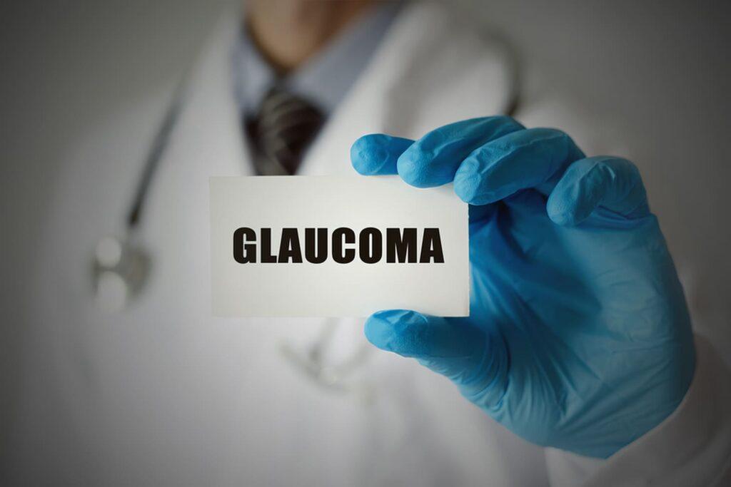 Medico mostrando cartão com a palavra Glaucoma.