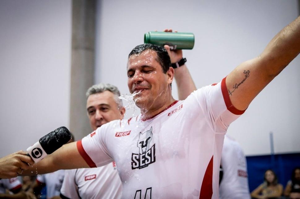 Leandro Santos, paratleta do vôlei sentado, escrevendo sua história. Descrição na legenda.