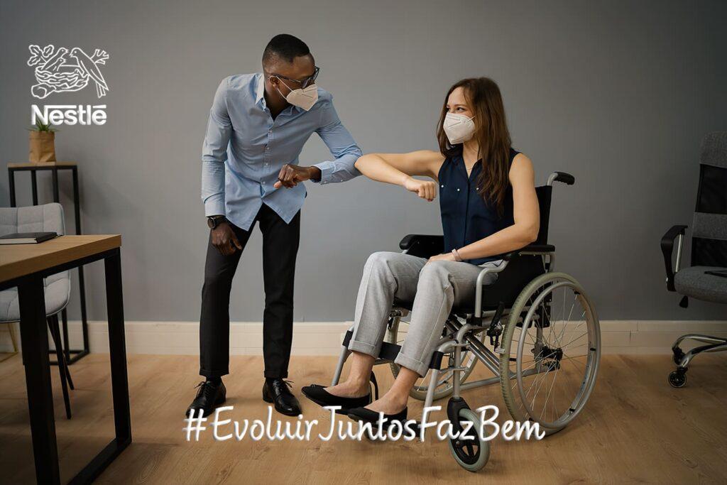 """Foto com duas pessoas, descritas na legenda do texto """"Quer trabalhar na Nestlé? Banco de Talentos recebeu mais de 1.200 cadastros de pessoas negras e com deficiência só no primeiro mês""""."""
