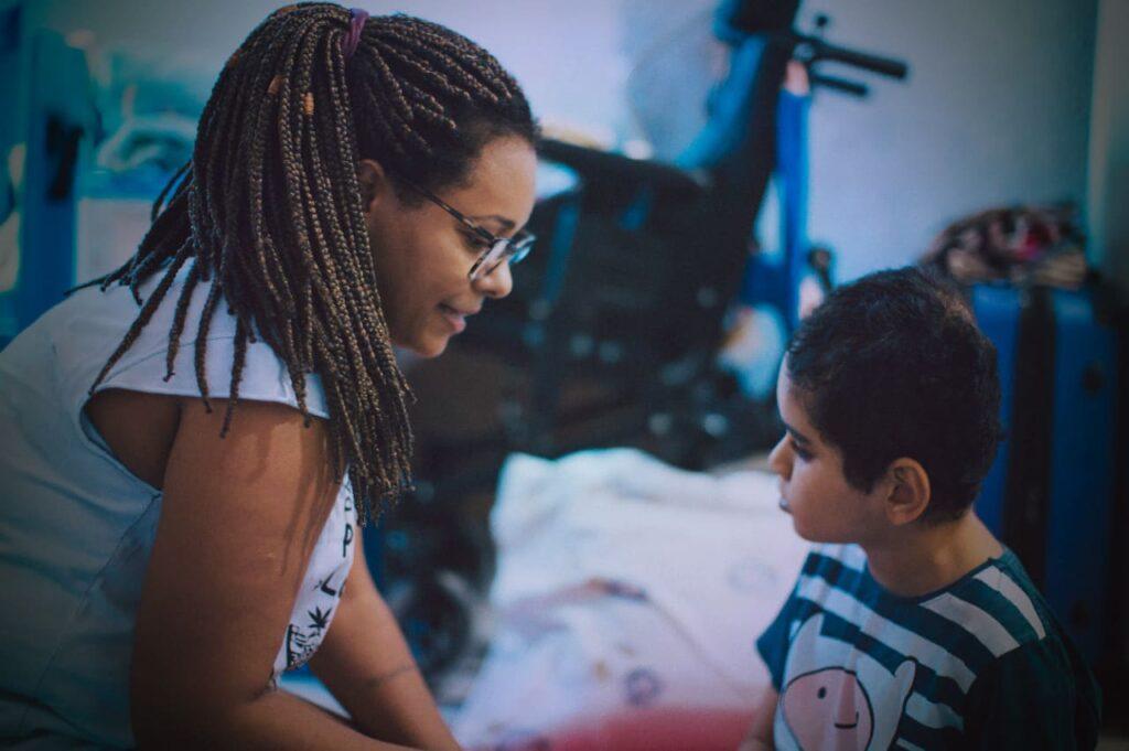 """Foto de mãe e filho, descritos na legenda de """"Não quero ser guerreira""""."""