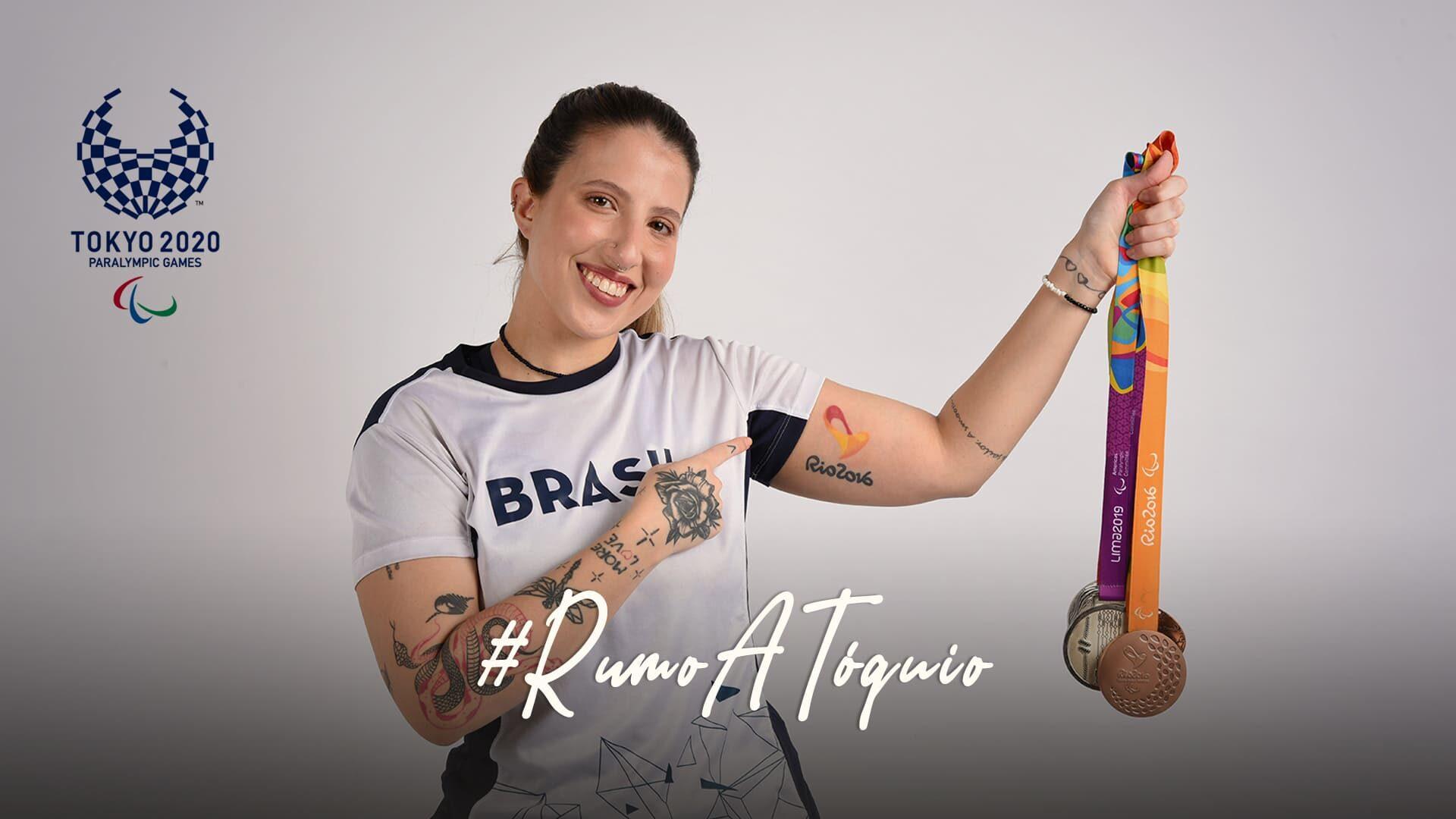 Foto que traduz a trajetória da mesa-tenista Jennyfer Parinos, com logo dos Jogos Paralímpicos de Tokyo 2020 e a hashtag #RumoATóquio.