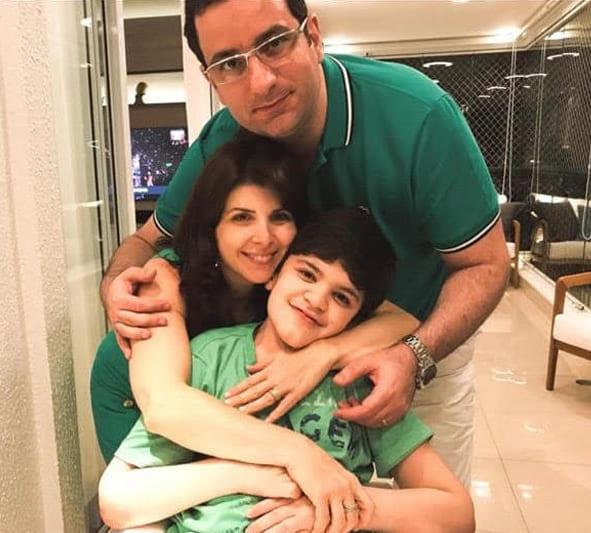 Fotografia em família, com o garoto Anthony, seu pai Antoine Daher e a mãe Fernanda Dauerbach. Descrição na legenda.