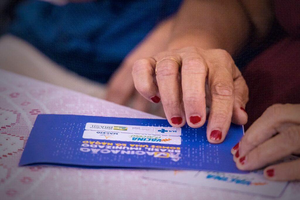 Cartao de vacinacao em braille lancado pelo prefeito de Maceio
