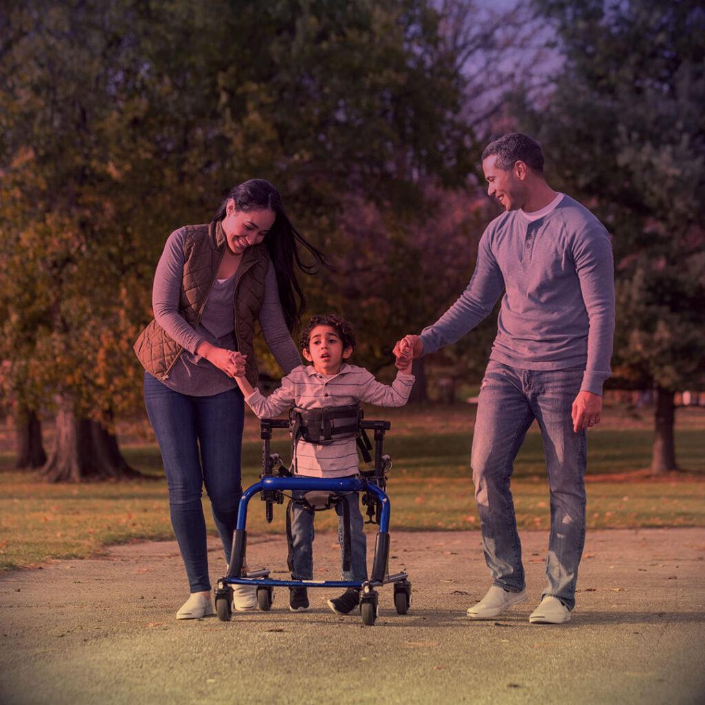 """Foto em família, durante passeio, com descrição na legenda, ilustrando o texto """"Advogada pede """"Tratamento já"""" para crianças com doença de Batten""""."""