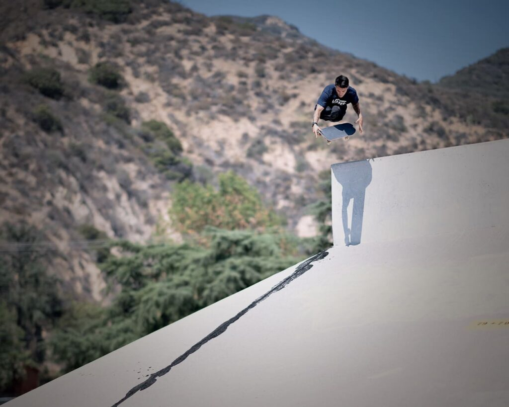 Fotografia do Felipe saltando com o skate.