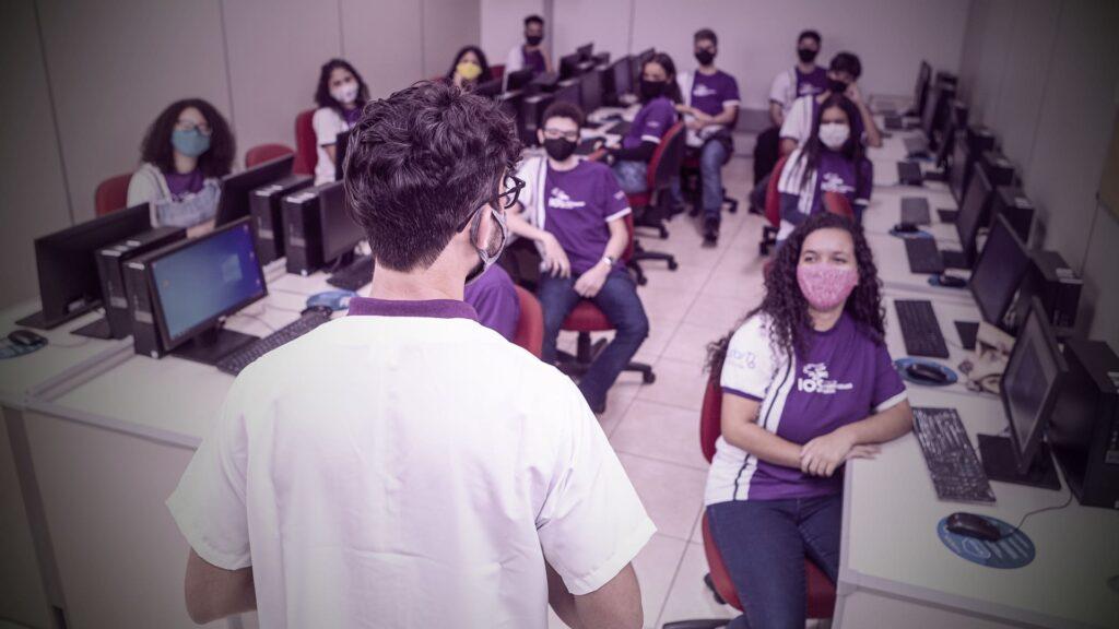 Fotografia dos alunos do IOS, em sala de aula, com descrição na legenda.