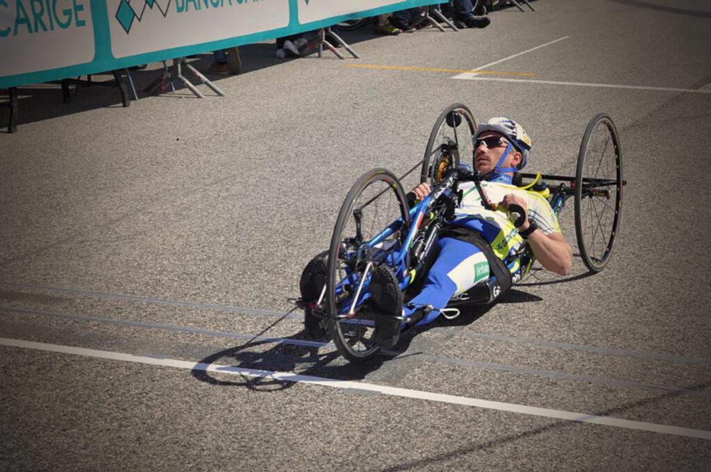Paratleta de ciclismo em handbike.
