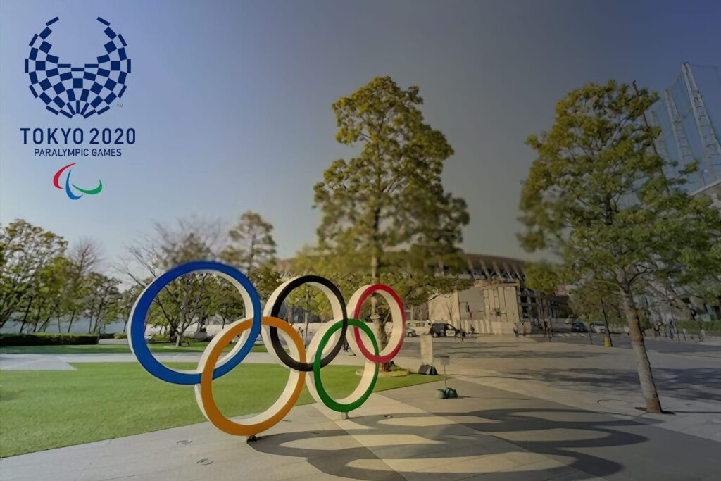 Fotografia no Museu Olímpico do Japão, em Shinjuku, Tóquio, mostrando os arcos olímpicos.