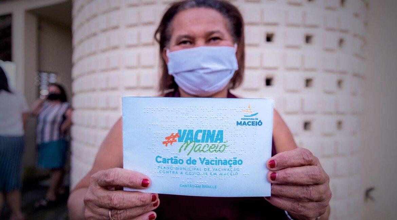 Maceió lança cartão de vacinação da COVID-19 em braille