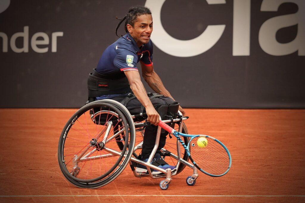 Fotografia do tenista paralímpico Ymanitu Silva. Descrição na própria legenda.