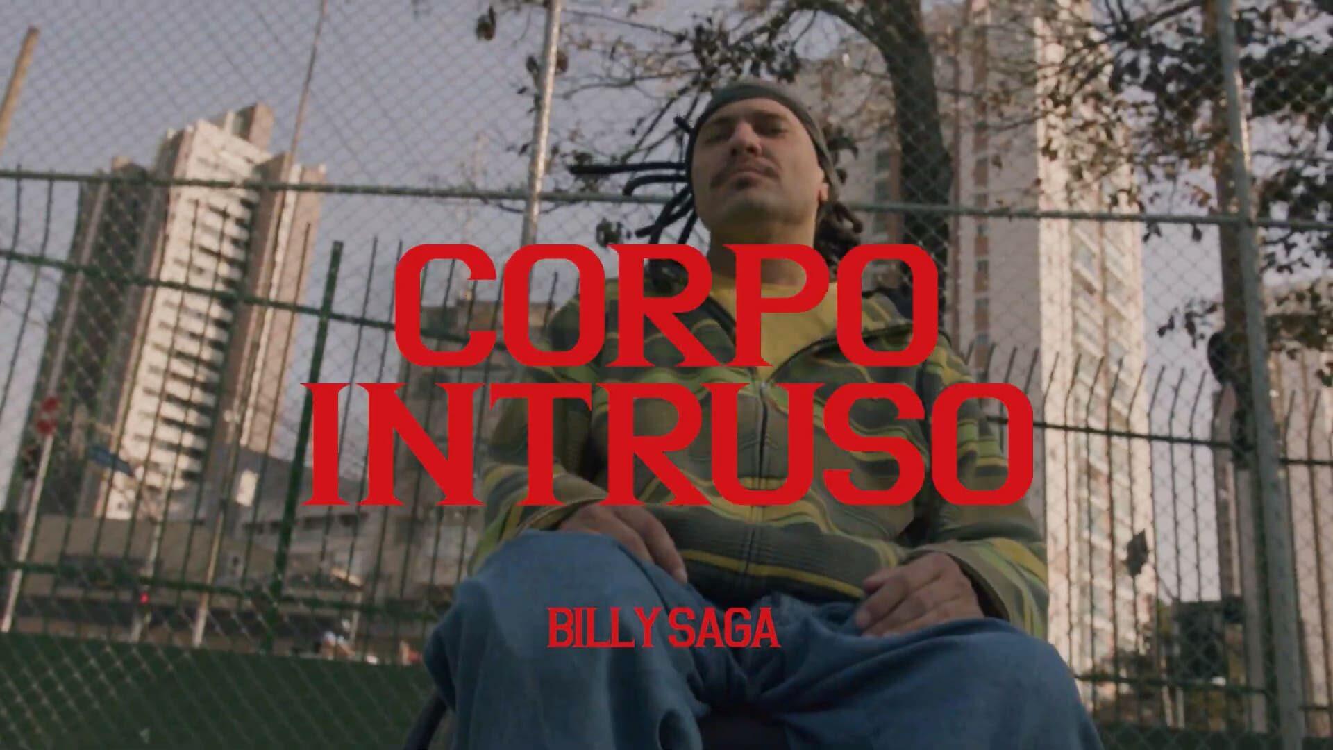 """Imagem do clipe com o rapper cadeirante e o texto: """"Corpo Intruso. Billy Saga""""."""