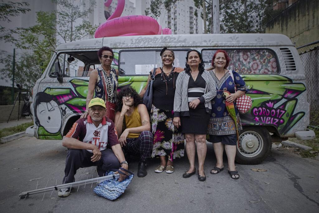 Fotografia em área externa, da edição de 2017 do Festival Cine Inclusão. Na imagem, uma turma de idosos de Paraisópolis que rodou um curta em 10 horas.