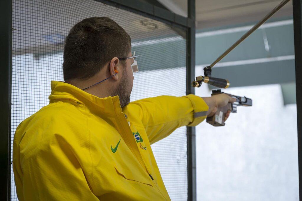 Fotografia do atleta Paralímpico de Tiro Esportivo, Geraldo Von Rosenthal. Descrição na legenda.