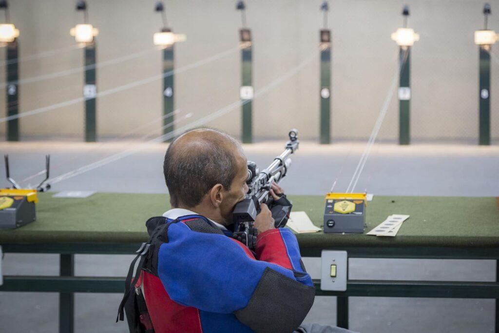 Fotografia do atleta Paralímpico de Tiro com Arco e Tiro Esportivo, Helcio Perillo. Descrição na legenda.