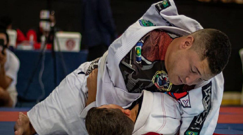 Fotografia do atleta de parajiu-jitsu sem os membros superiores e interiores, Juninho Cabral.