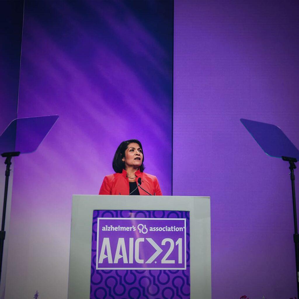Fotografia em área interna, de Maria C. Carrillo, diretora científica da Alzheimer's Association.