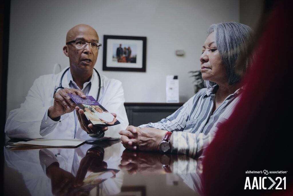 Medico com paciente foto Alzheimers Association