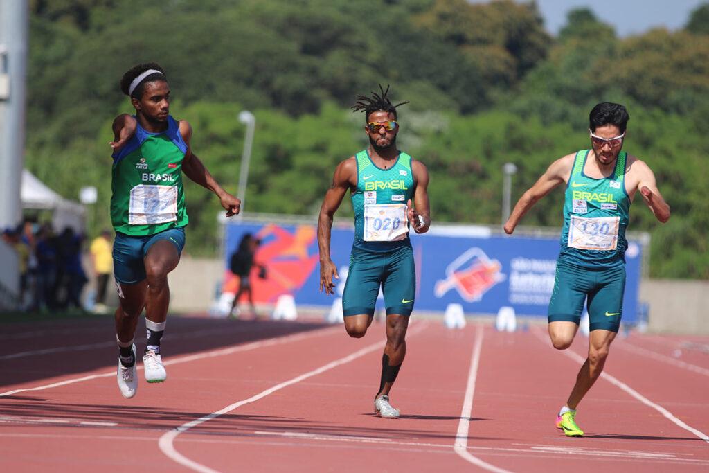 Fotografia de três atletas correndo, registrada por João Maia.
