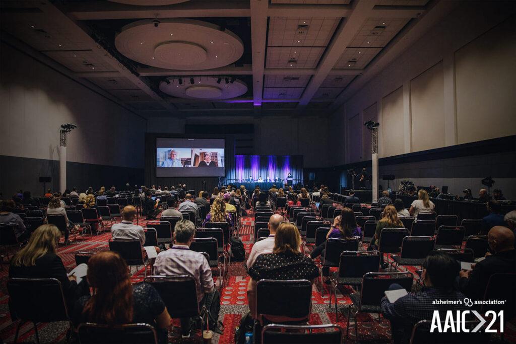Fotografia em área interna, onde estão reunidos os participantes da sessão híbrida da AAIC 2021.