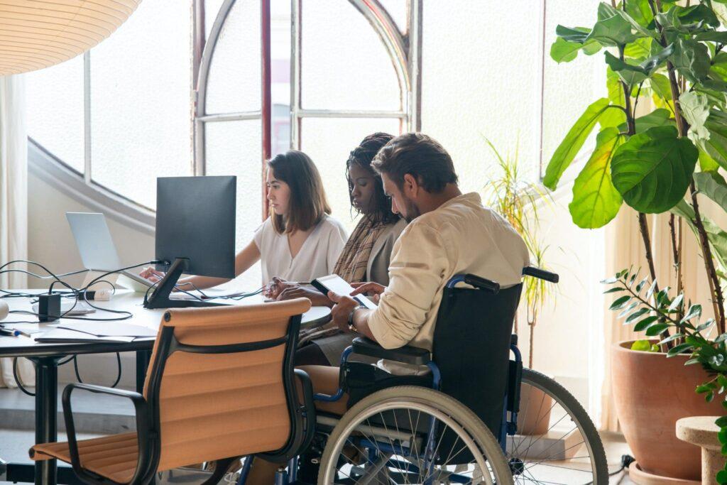 Fotografia em ambiente de trabalho, com descrição detalhada na legenda abaixo.