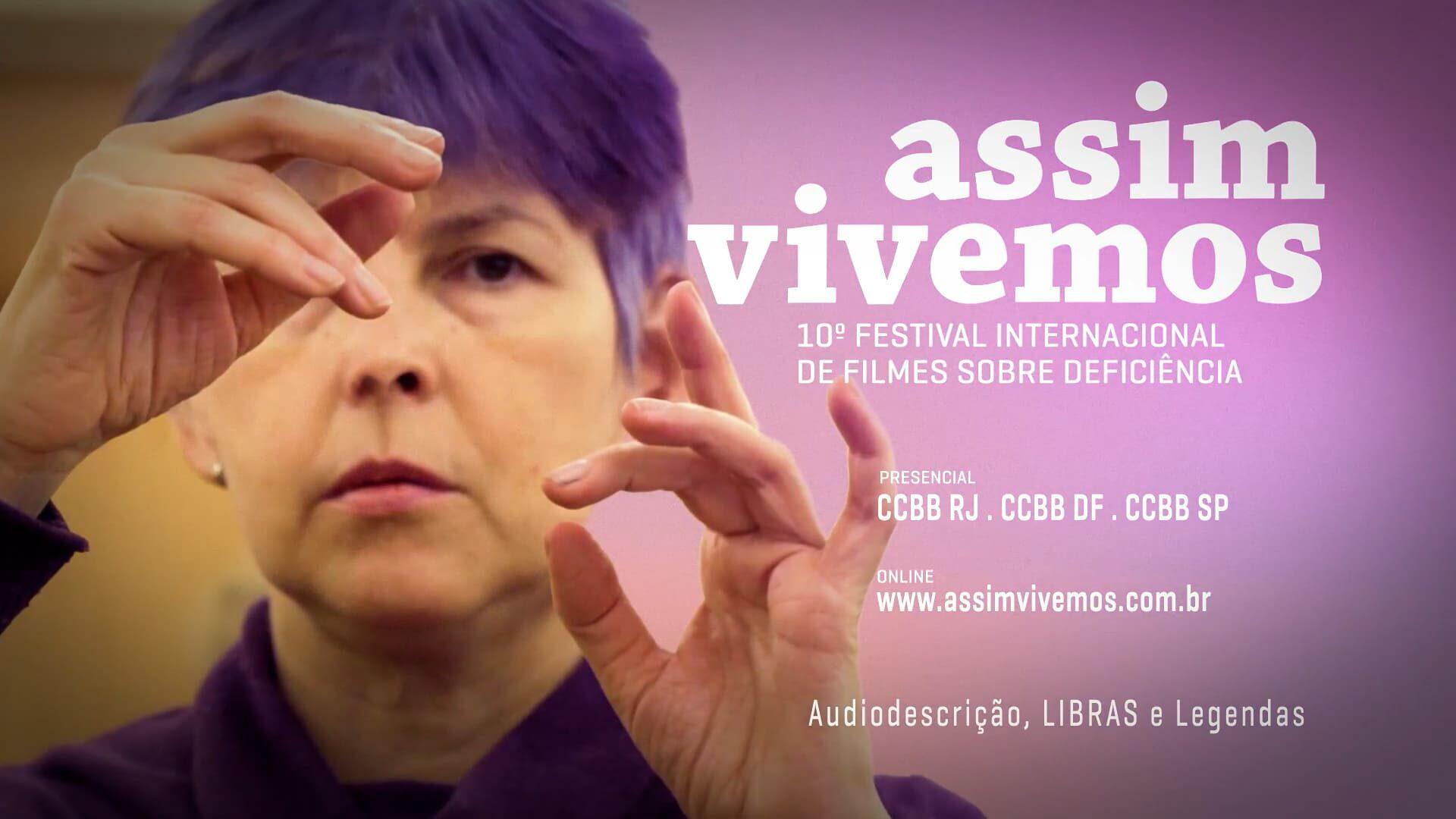 Arte com mulher sinalizando com as mãos e texto descrito na legenda, da 10ª edição do Assim Vivemos.