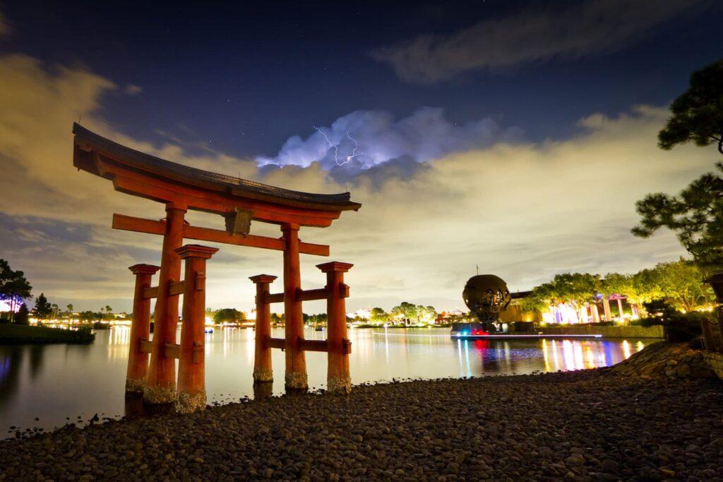 Fotografia noturna, em área externa, mostrando o famoso Santuário de Itsukushima em Miyajima, perto da cidade de Hatsukaichi, na província de Hiroshima, no Japão.