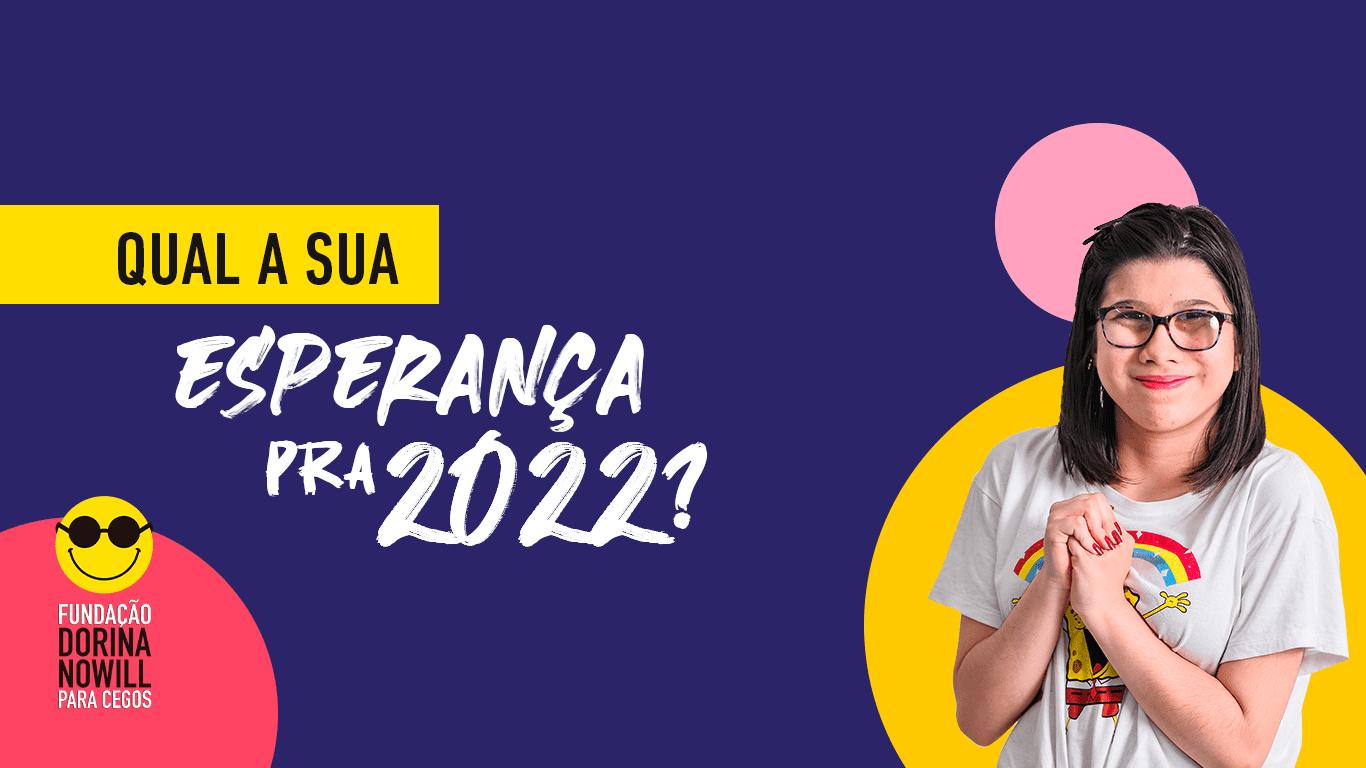 Banner azul da Campanha do Calendário Acessível 2022, com foto de jovem branca com baixa visão.