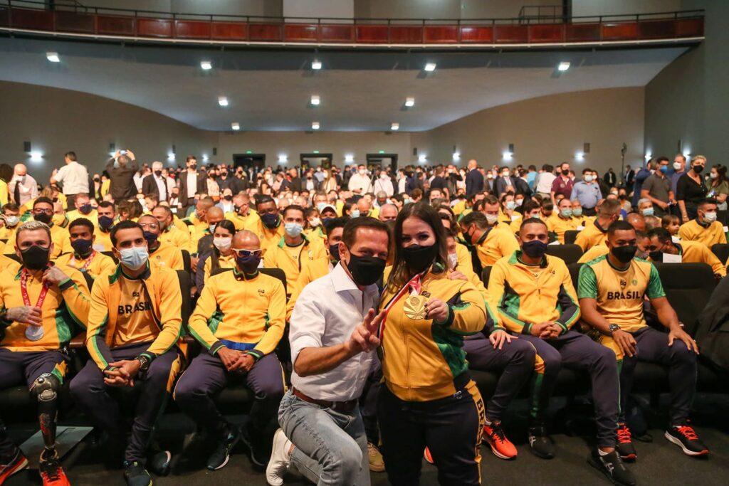 Foto do Governador de SP, João Doria com os atletas paralímpicos do Estado de São Paulo.