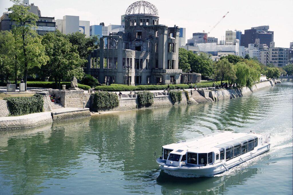 Fotografia em área externa, mostrando o Memorial da Paz de Hiroshima, chamado Cúpula Genbaku.