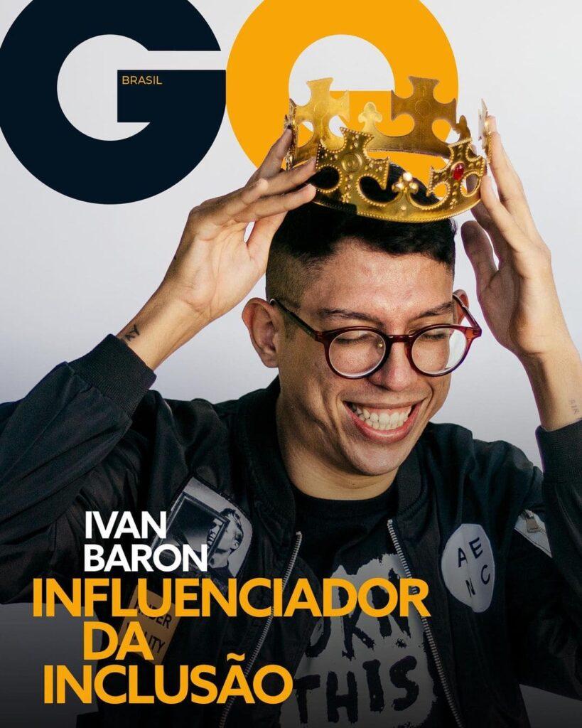 Fotografia de Ivan Baron, homem branco usando óculos de grau e uma coroa dourada.