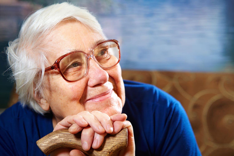 Mulher idosa com leve sorriso, cabelos grisalhos curtos, ilustrando a campanha Setembro Roxo 2021.