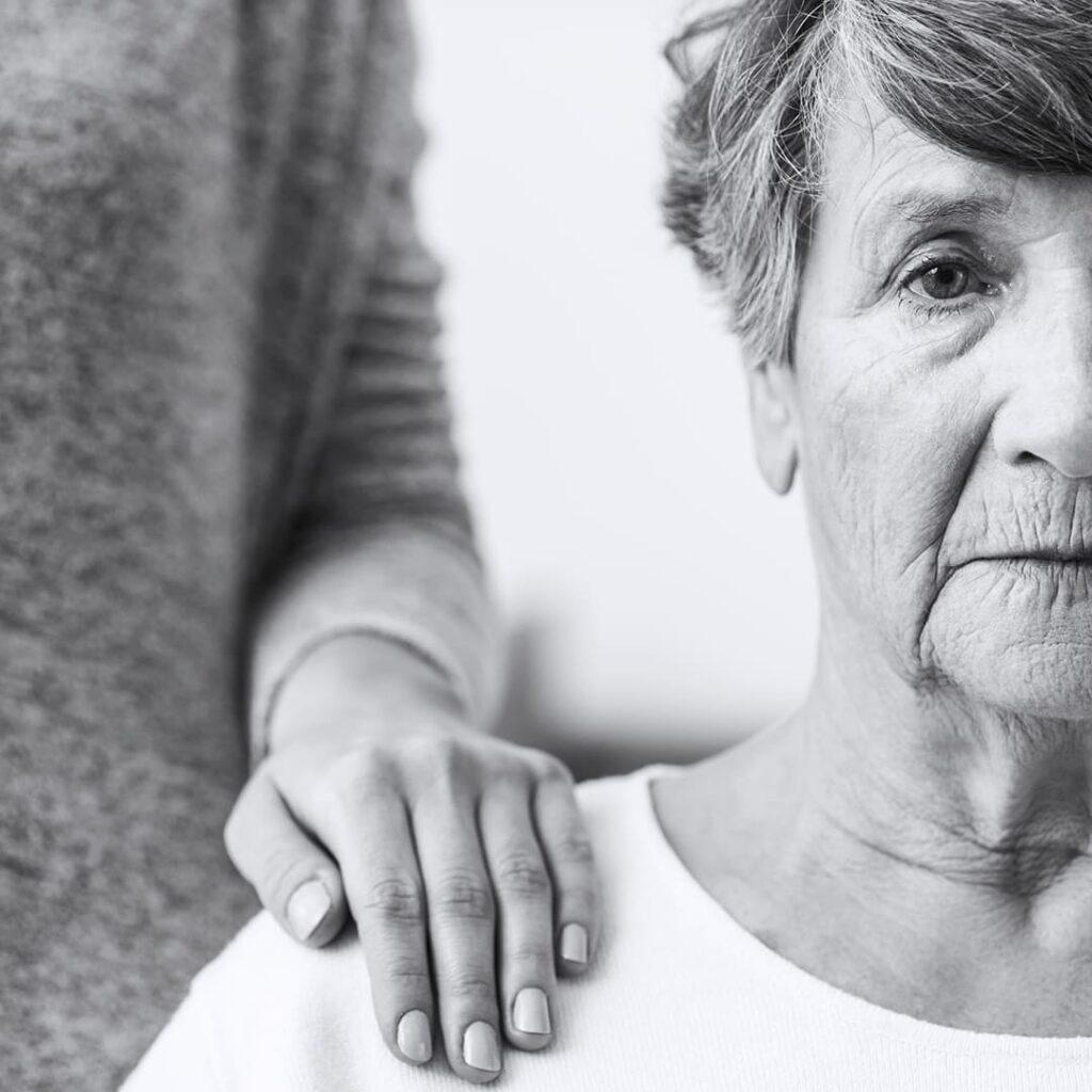 Fotografia em preto e branco de mulher idosa.