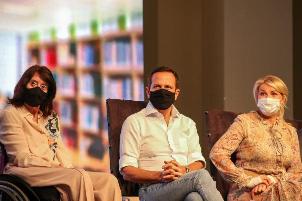 Fotografia da Secretária Célia Leão, o Governador João Doria e a primeira-dama Bia Doria, durante lançamento do Programa Cidade Acessível.