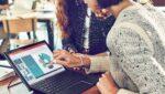 Mulher utilizando laptop com tela touch ilustrando a pauta TJSP leva acessibilidade ao servidor com deficiência usando recursos do Microsoft 365.