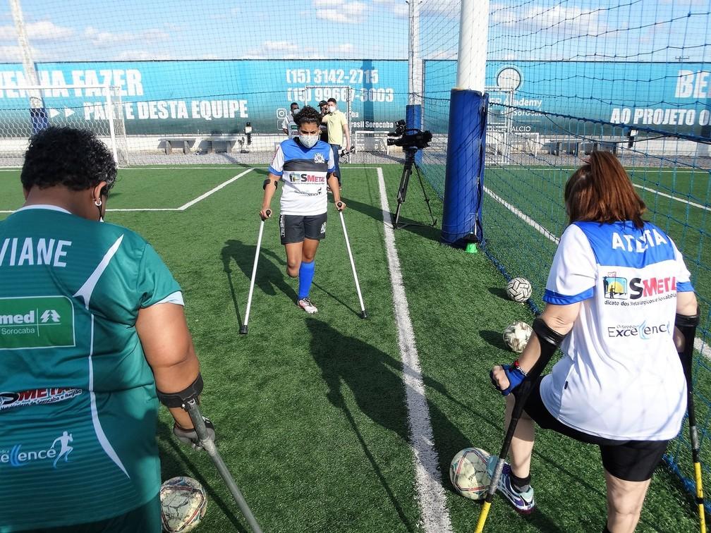 Foto do treino do time feminino de futebol de amputados.
