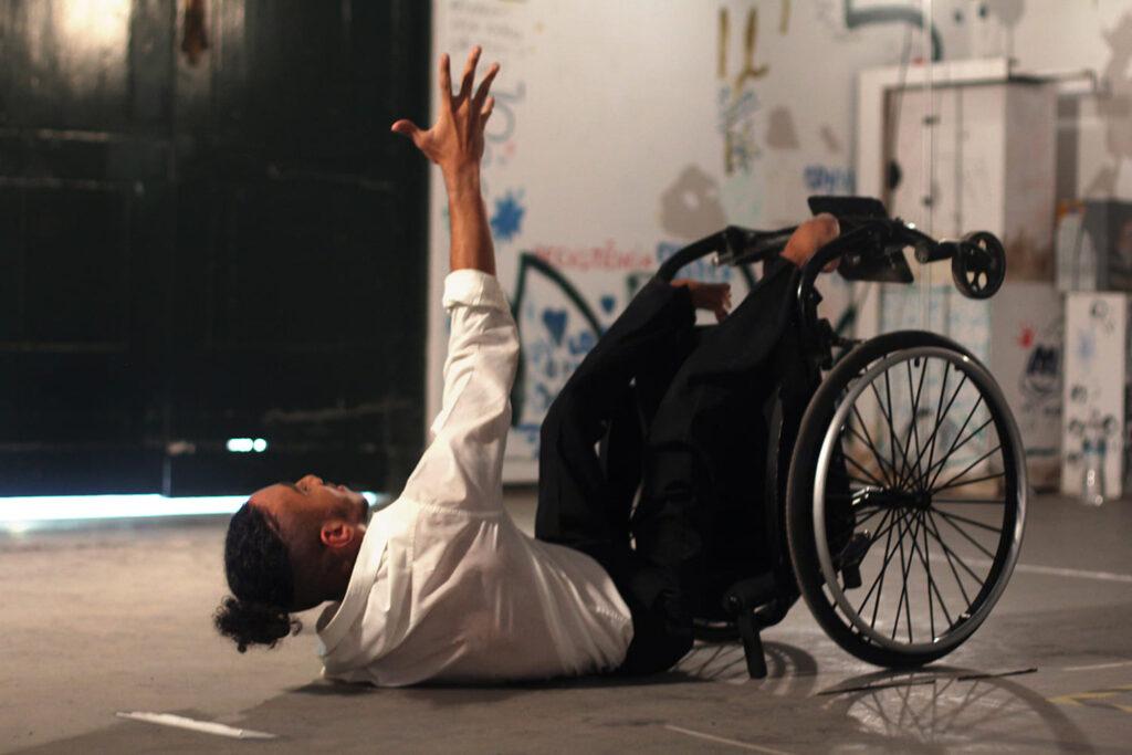 """Homem em cadeira de rodas, durante a performance """"Olhares Ímpares. Créditos: ALEXANDRE MAIA"""