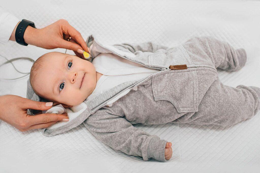 Bebê fazendo o Teste da Orelhinha.