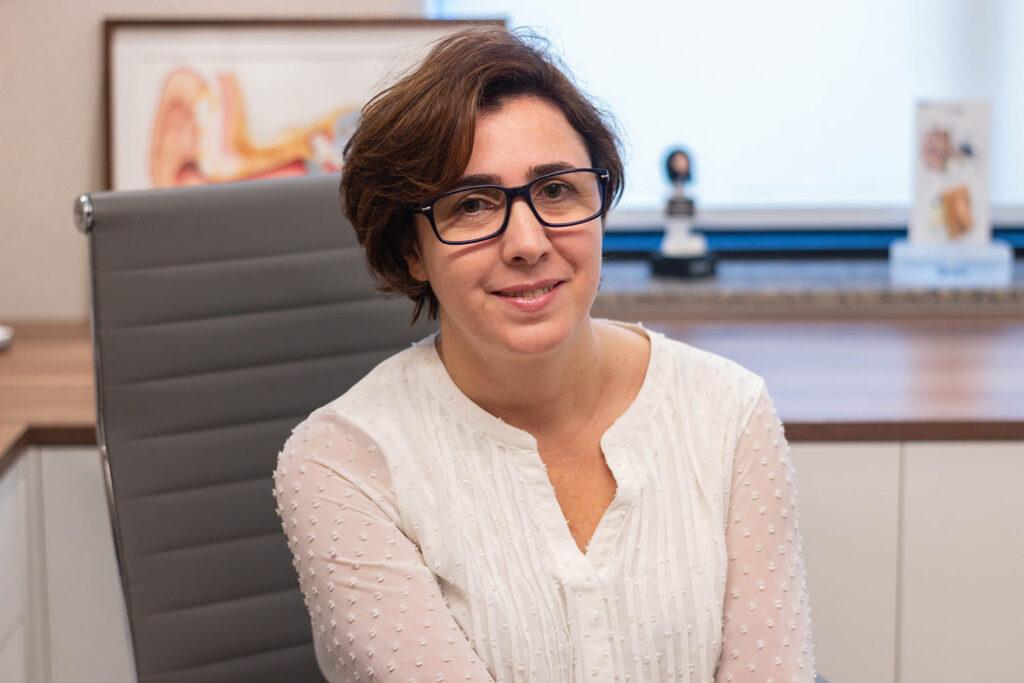 Fonoaudióloga Andrea Soares, mulher branca com cabelos castanhos curtos, responsável pelas dicas para identificar a perda auditiva em crianças.